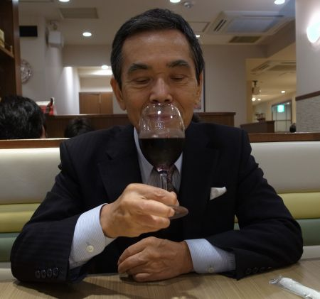 ワインを飲む店主