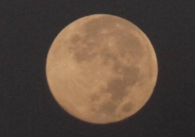 望遠レンズの月