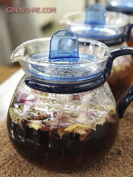 薔薇の紅茶を抽出中