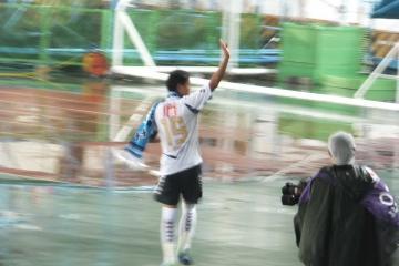 試合が終わっても小野瀬へのコールは止まず、手を振って応える