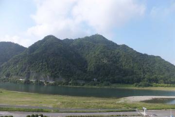 長良川を挟んで金崋山を見る。頂上には岐阜城の天守閣が。