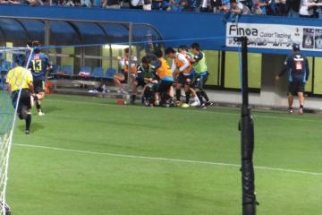 2点目のゴールを挙げた阿部にベンチから手荒い祝福