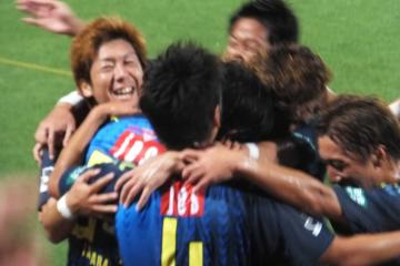先制点を挙げた田原を囲んで喜びあう横浜FCの選手達