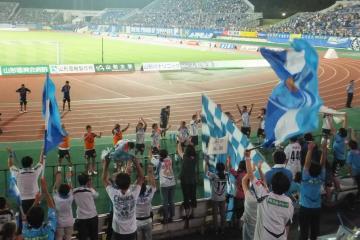 苦しい試合を制して大いに喜びを分かち合う横浜FCイレブンとサポーター