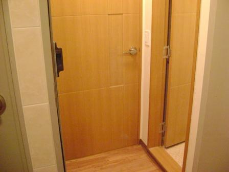 玄関あけるとスペース、右はバスルーム