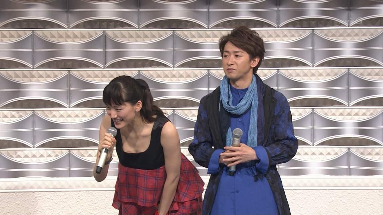 2013年紅白歌合戦、司会の綾瀬はるかと嵐・大野智
