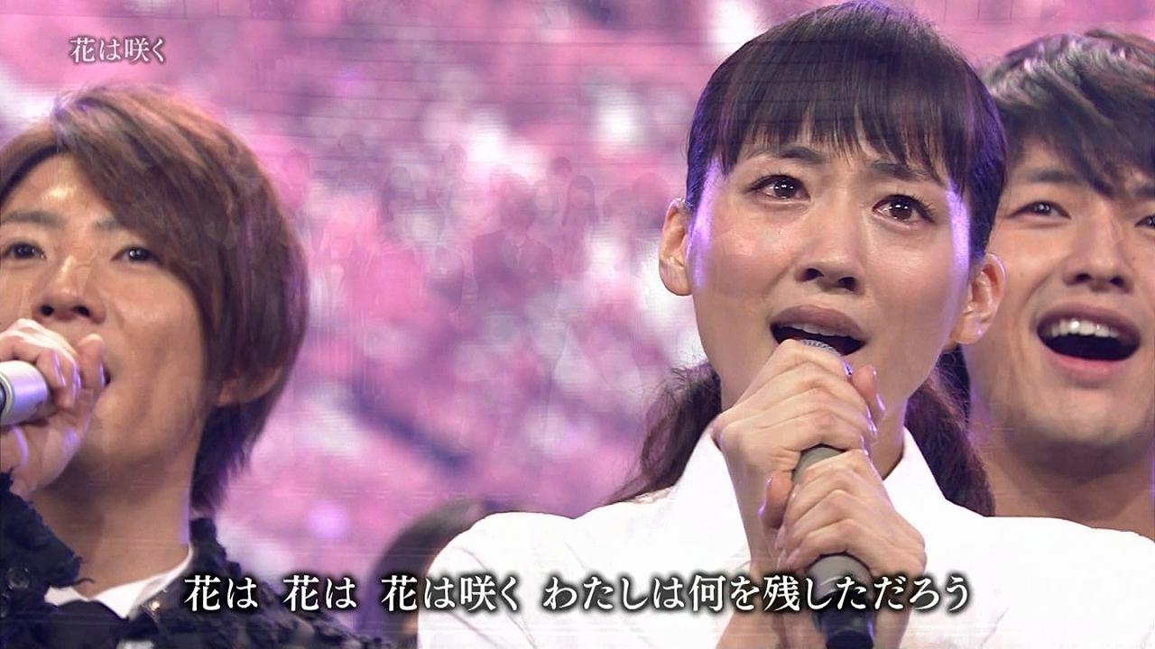 2013年紅白歌合戦、司会の綾瀬はるかが「花は咲く」を歌う