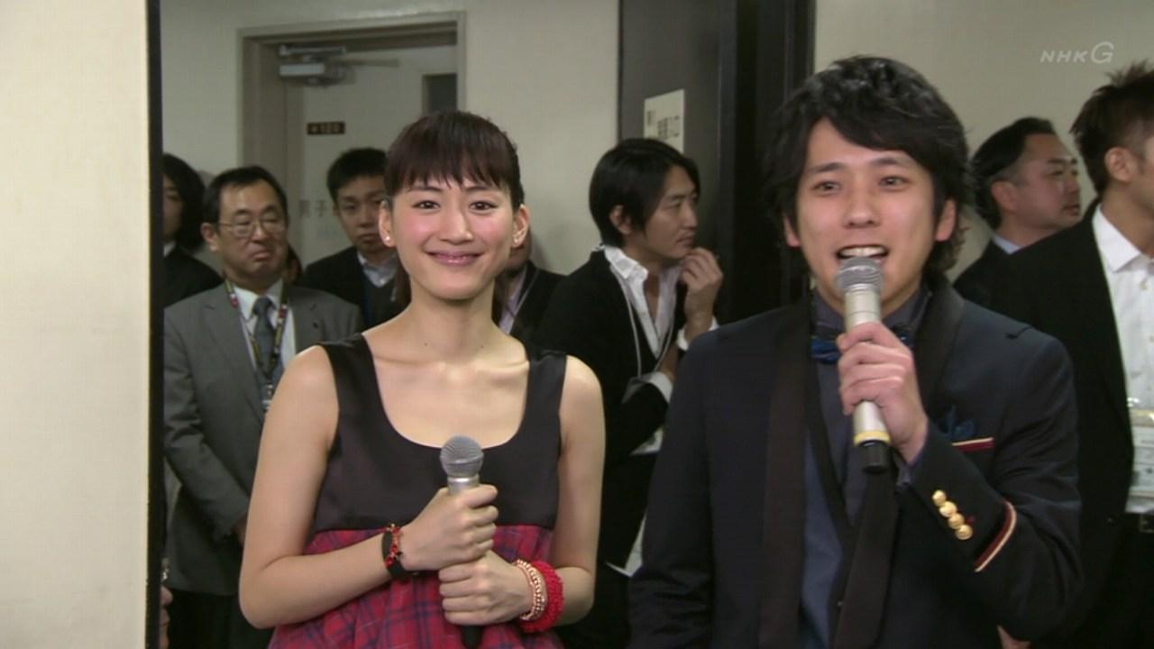 2013年紅白歌合戦、司会の綾瀬はるかと二宮和也