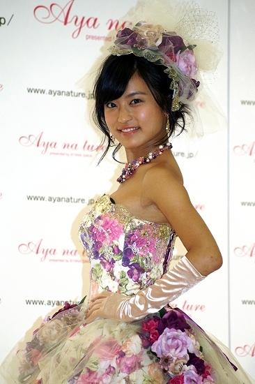 ウェディングドレス姿の小島瑠璃子