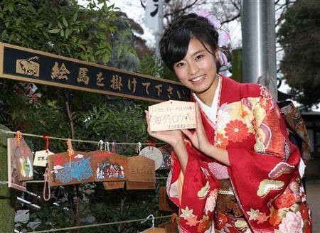 晴れ着でお寺参りをする小島瑠璃子
