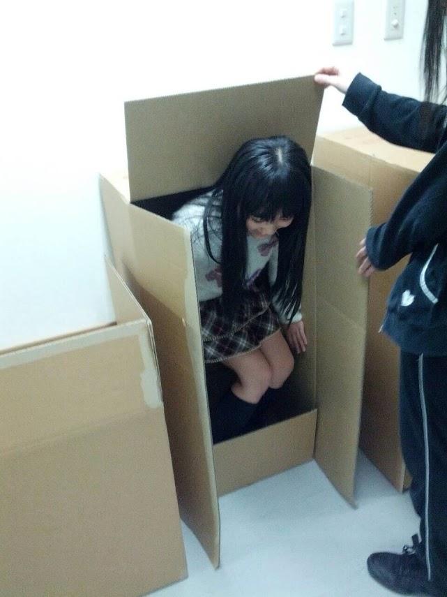 段ボールに入るHKT48の矢吹奈子