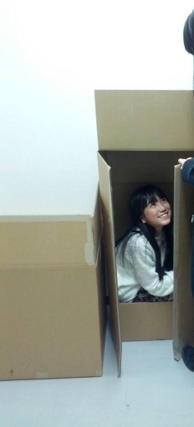 ダンボールに入るHKT48の矢吹奈子
