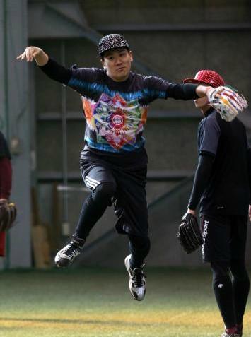 モノノフの帽子、ももクロTシャツで自主トレをする田中将大