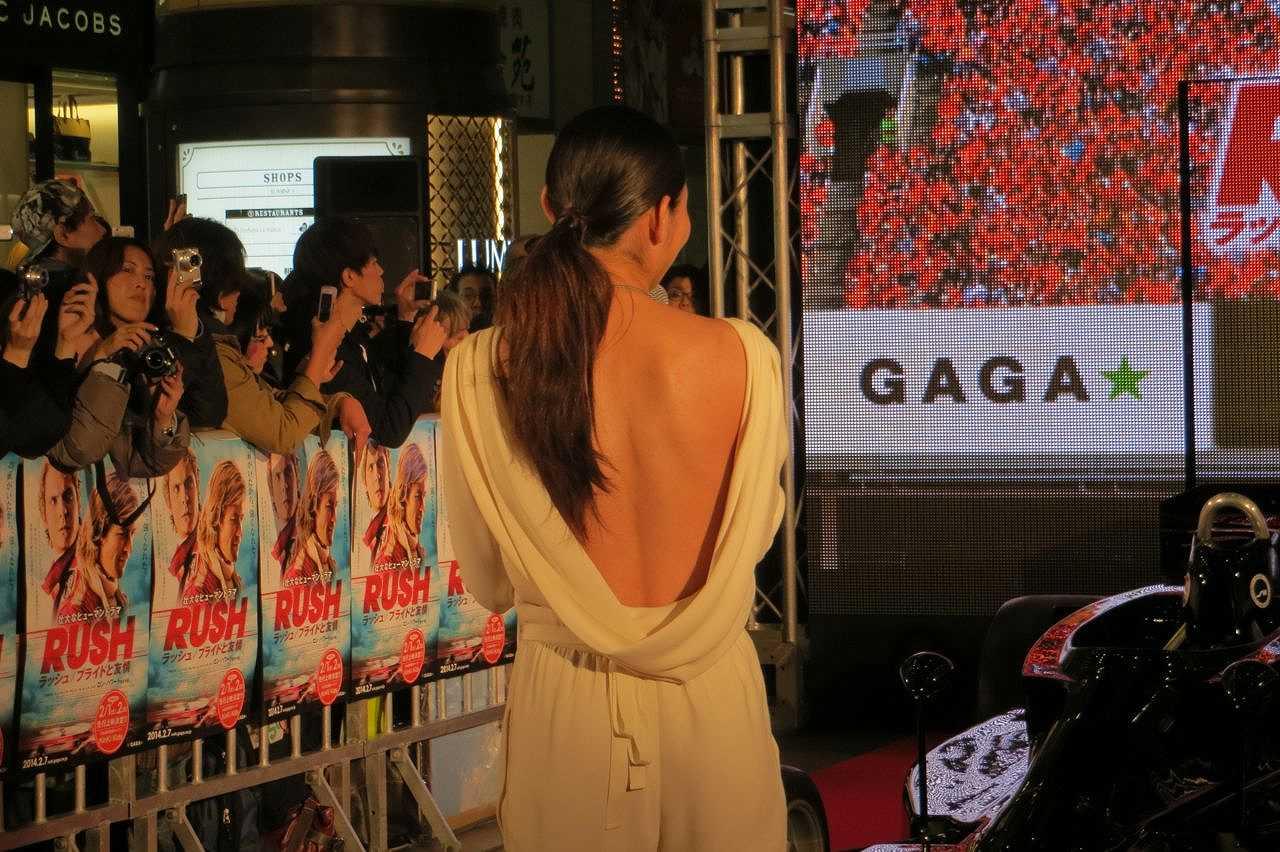 ジャパンプレミアで背中の大きく開いたドレスを着た安藤美姫