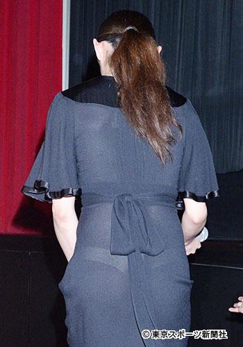 透けるドレスを着た安藤美姫