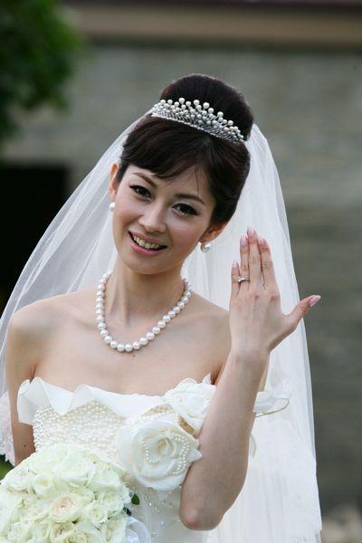 結婚式でウエディングドレス姿の伊東美咲