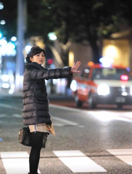 『報道ステーション』の生放送を終え、テレ朝近くでタクシーを拾う宇賀なつみアナ