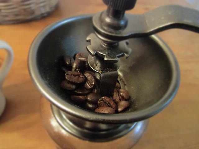 カリカリと豆を挽きます
