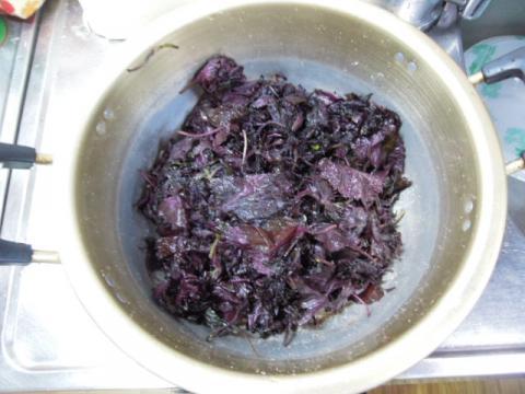 紫蘇の葉を塩揉み