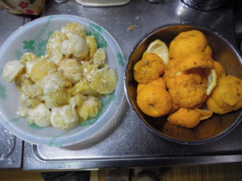 柚子とレモンの皮と実を分ける
