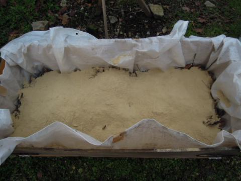 米ぬか、油粕、鶏糞等加える(腐葉土作り)
