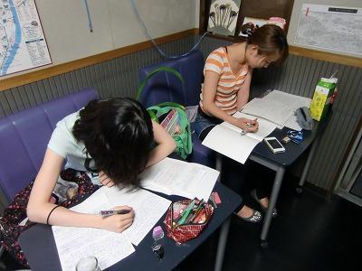 待合室で就活の準備をする学生