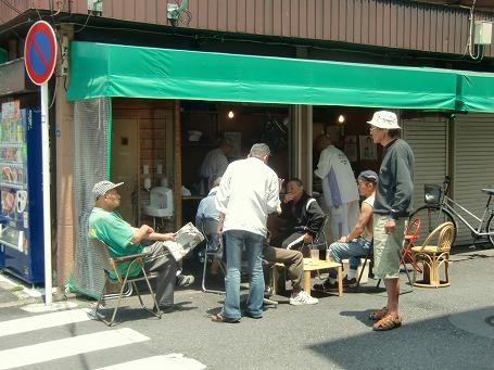 山谷の「駒寿司」の店先