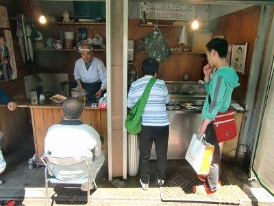 山谷に泊まる旅行者も駒寿司で立ち食い