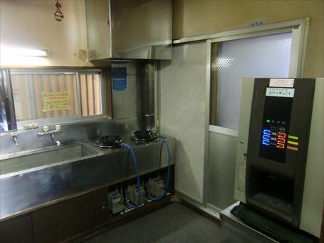 『えびすや』の炊事場と給茶機