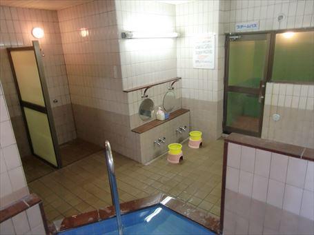 『えびすや』の浴槽とシャワーブース
