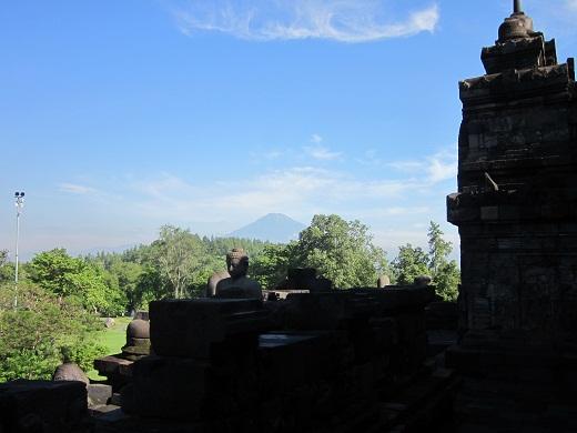 017ボロブドゥールから見たムラピ山