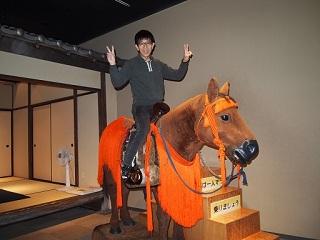模型の馬に乗って