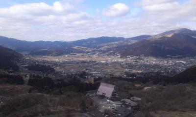 展望台から盆地を見下ろす