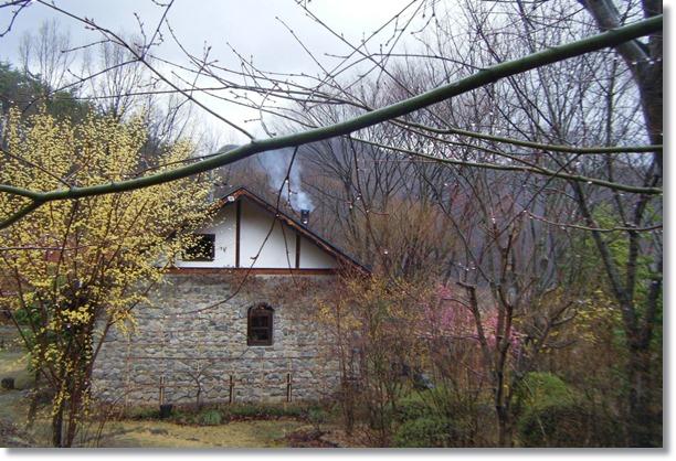 石積みの家、西側から