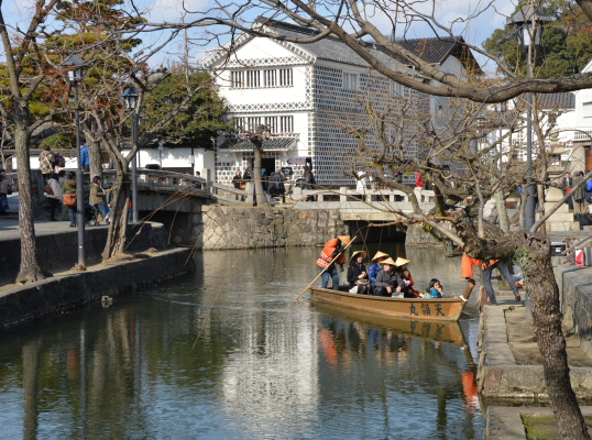川面の小舟