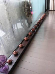 虹色パステルアート-茶器が並ぶ窓辺