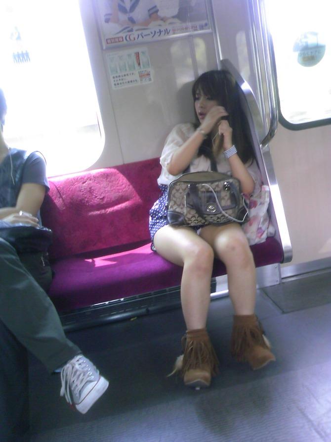 電車内でぱんちら