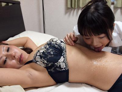 由麻が麻里のへそを舐める