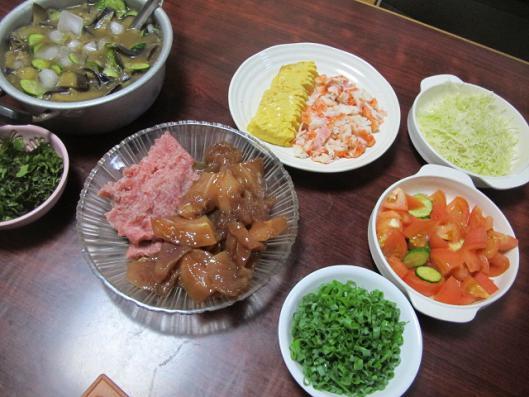 マグロのヅケ、ネギトロ、鰻巻、カニカマ、ナスときゅうりの冷や汁