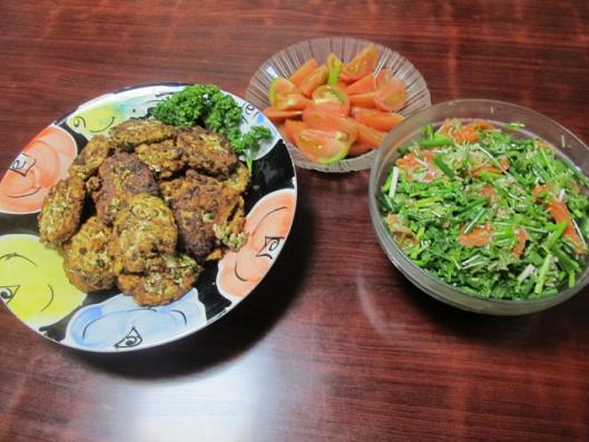 豆腐ハンバーグ、お刺身サラダ、トマト
