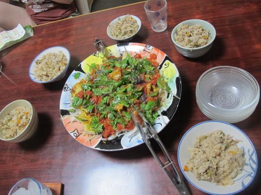 じゅーしー風豚ばら肉の炊き込みご飯、カレーチキンのサラダ