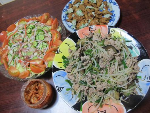豚もやしニラナス炒め、サラダ、つまみ揚げ、キムチ