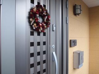 クリスマスリースを飾った玄関