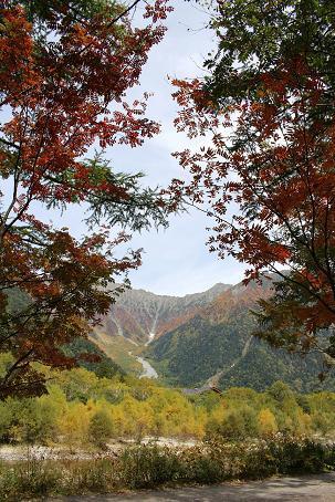 穂高連峰とナナカマド
