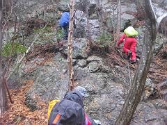 004 2番岩を登る-s