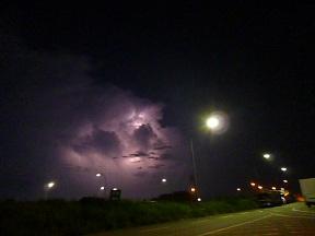 街の灯りではないんです 雷です