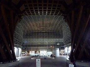 金沢駅を降りた人をもてなすのなら,鼓門とドームの順番は逆じゃないかと思ったり