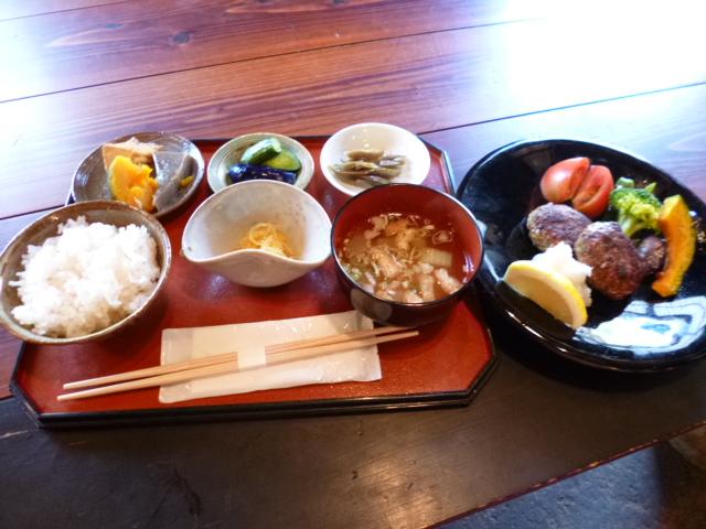 これは山菜ハンバーグ定食 魚沼のご飯です 世界一美味しいお米です