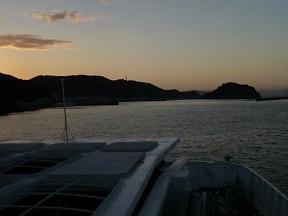 ゆっくり,ゆ~っくり朝のほうに,船は向かって進んでいきます