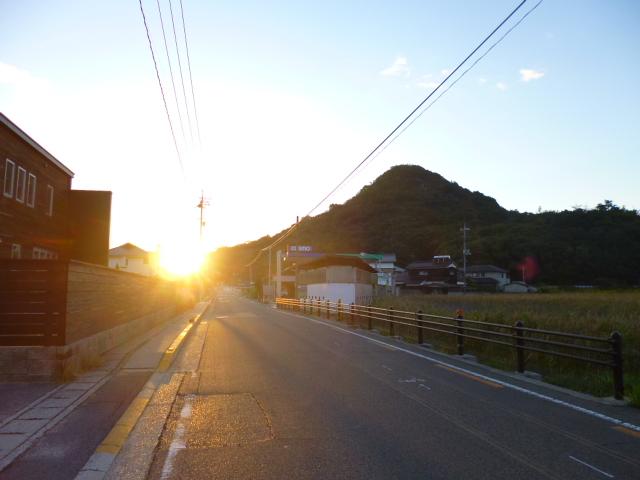 さ,目的地は反対側の本村にあるんです 太陽がまぶしいです